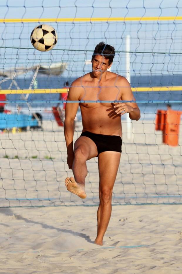 Marcio Garcia jogando futevôlei (Foto: Henrique Oliveira / FotoRioNews)
