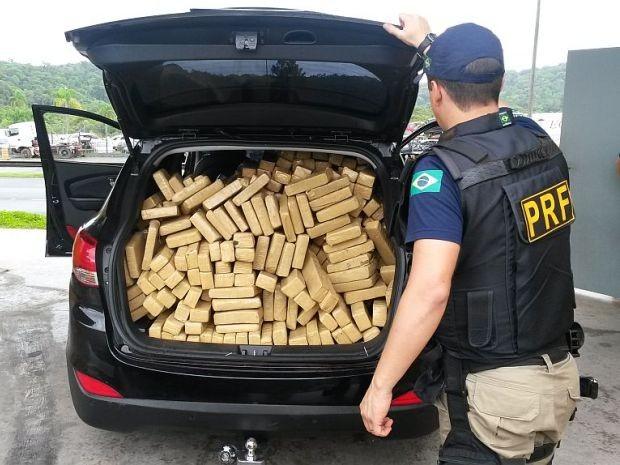 Tabletes de maconha foram encontrados dentro de carro (Foto: Polícia Rodoviária / Divulgação)