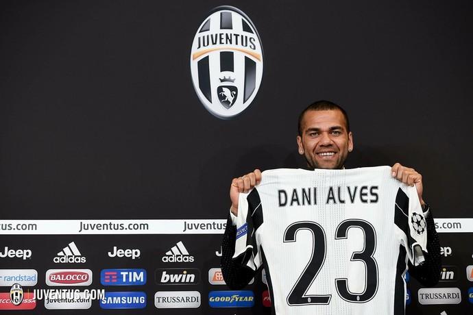Daniel Alves Juventus apresentação (Foto: Divulgação/Site oficial do Juventus)