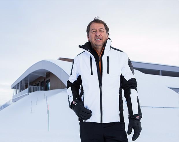 Janyck Daudet, CEO do Club Med para América do Sul, posa em frente ao novo village de neve da rede de resorts (Foto: Nina Jacobi/ Flare Fotografia/ Ed.Globo)