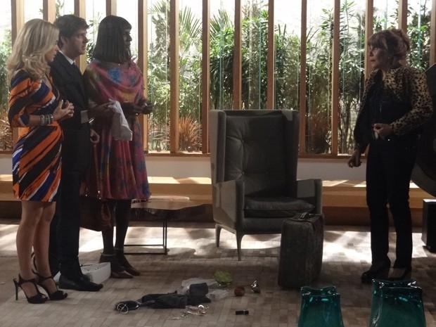 Que choque! Pamela, Dorothy e Edmilson encontram seus pertences na bolsa da Gláucia (Foto: Geração Brasil/TV Globo)