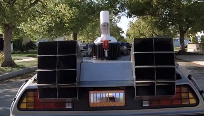 Carros modernos de hoje substituem o capacitor de fluxo por baterias (Foto: Reprodução/YouTube)