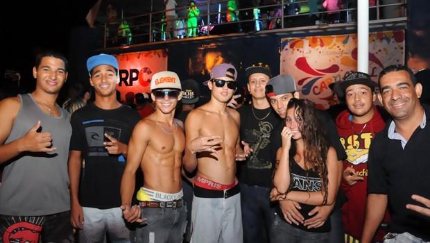 Marcelo Gomes (camiseta preta, no canto direito da foto) é de Barretos e adorou conhecer o Carnaval do Paraná (Foto: Roger Santmor/RPC)