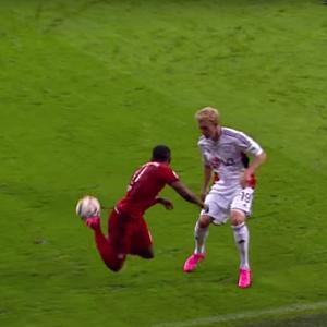Lambreta de Douglas Costa Bayern de Munique (Foto: Reprodução / Youtube)