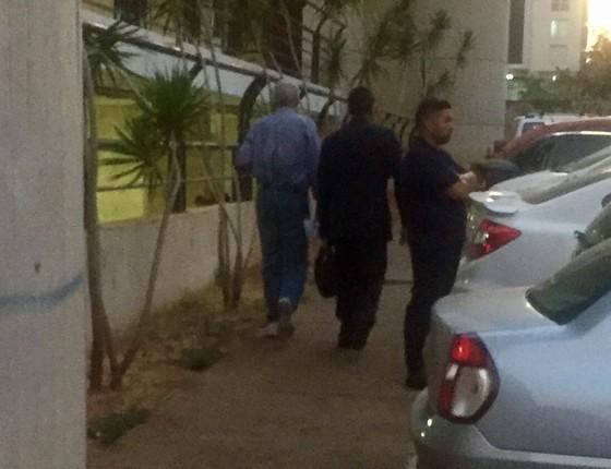 Henrique Pizzolato deixa o prédio onde funciona a rádio do ex-senador Luiz Estevão (Foto: Reprodução)
