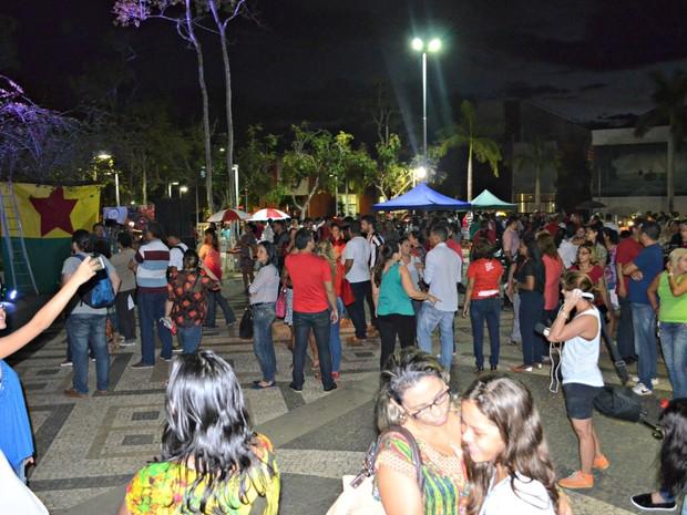 Durante ato cultural com mensagem política, manifestantes se reuniram na Praça da Revolução, em Rio Branco (Foto: Quésia Melo/G1)