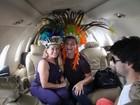 Susana Vieira e David Brazil se divertem em viagem de avião