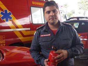 Capitão ensina como usar o extintor automotivo (Foto: Fernanda Resende/G1)