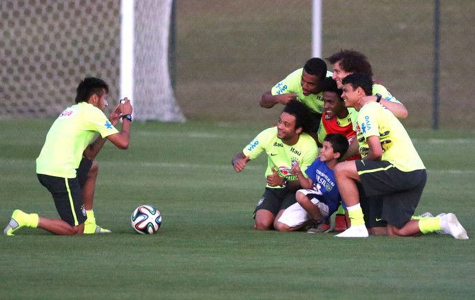 Neymar protects a child pitch invader at Brazil training, invites kid to meet the squad & take a photo [Video]