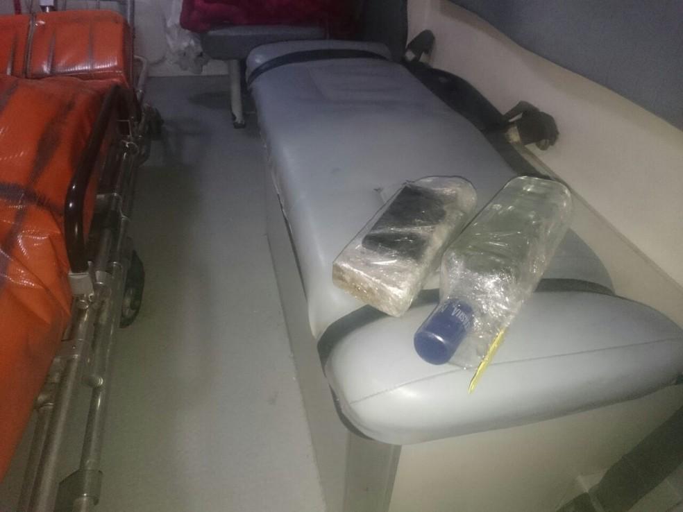 Maconha e vodca foram encontradas em ambulância neste domingo (Foto: Polícia Civil/Divulgação)