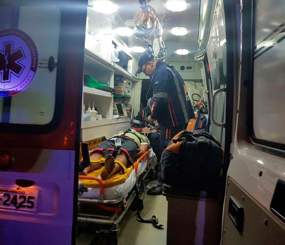 Motorista do caminhão envolvido em acidente na Bahia foi socorrido pelo Samu (Foto: Weslei Santos/Blog do Sigi Vilares)