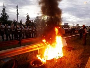 Fogueira foi iniciada por manifestantes diante da barreira de policiais na rodovia bloqueada em Buenos Aires (Foto: Enrique Marcarian/Reuters)