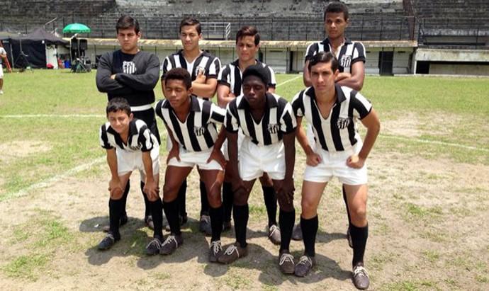 O time juvenil do Santos com os três amigos à frente: Pepe, vivido por Renan Freire (E); Zito, interpretado por Diego Cunha (D), e, ao lado dele Pelé, papel de Kevin de Paula (Foto: Divulgação)