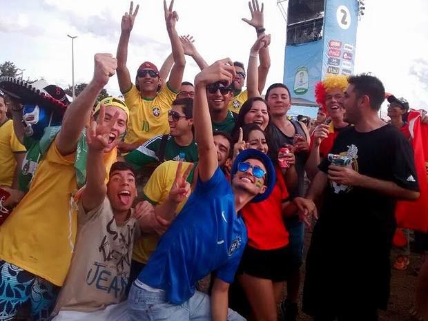 Torcedores na Fan Fest em Taguatinga, no DF, pouco antes do jogo entre Brasil e México, nesta terça-feira (17) (Foto: Isabella Calzolari/G1)