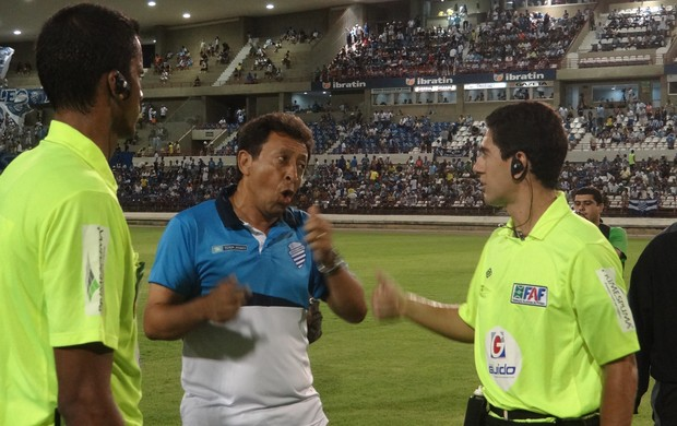 Lorival Santos fala com a arbitragem no final do primeiro tempo (Foto: Caio Lorena / Globoesporte.com)