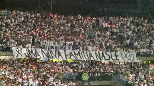 Colombianos lotam estádio em homenagem à Chapecoense