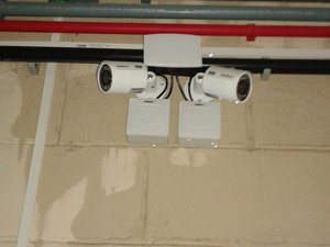 Paredes do presídio apresentação problemas de infiltrações e molham câmeras de segurança (Foto: Kleyton Anderson/Sindapen)