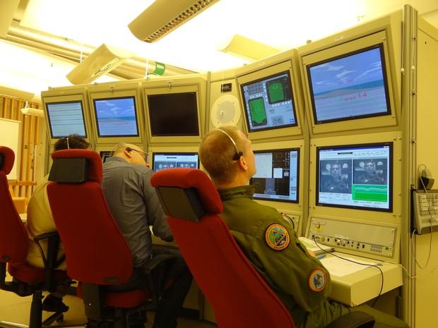 Monitoramento do teste do militar brasileiro na Suécia (Foto: Divulgação/FAB)