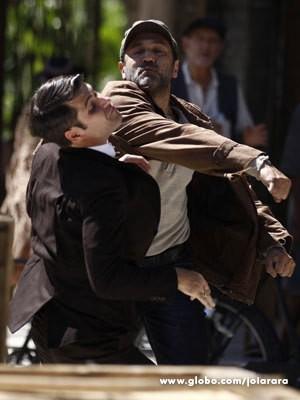 Mundo parte para cima de Franz e lhe dá um soco, após flagrá-lo com a irmã (Foto: Joia Rara/ TV Globo)