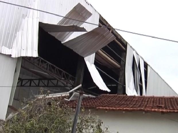 Explosão atingiu telhado do local (Foto: Reprodução / TV Tem)
