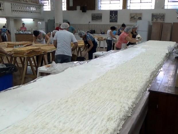 Voluntários preparam o Bolo de Santo Antônio de quatro mil toneladas em Piracicaba  (Foto: Reprodução/EPTV)
