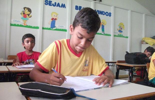 Carlos Vitor, filho da doméstica Rosângela de Jesus Oliveira, que não mede esforços para que filhos estudem, em Aparecida de Goiânia, Goiás (Foto: Elisângela Nascimento/G1)