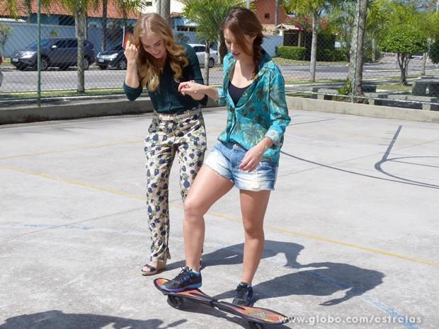 Angélica ajuda Paolla a subir no skate (Foto: Estrelas/TV Globo)