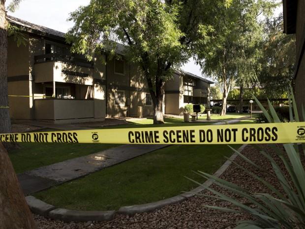 Fita de isolamento impede a aproximação ao condomínio Autumn Ridge, onde viviam os atiradores que atacaram o Curtis Culwell Center, em Garland, no Texas (Foto: Reuters/Nancy Wiechec)