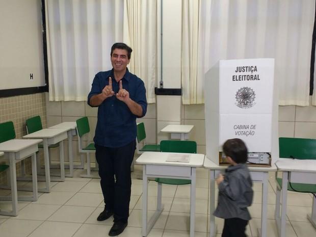 Marcelo Belinati (PP) votou na manhã deste domingo (2) acompanhado da esposa e dos filhos (Foto: Alberto D´Angele/RPC)