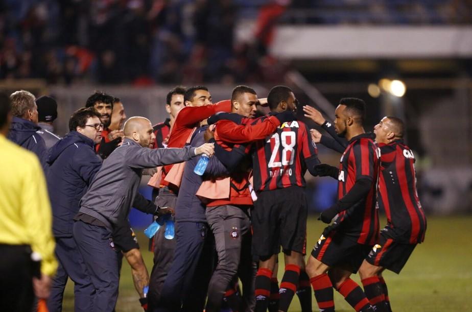 Brilho de reservas e estrela de contestado: vaga do Atlético-PR coroa força do grupo