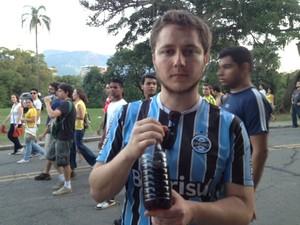Gustavo Dopke levou vinagre para a manifestação  (Foto: Mariucha Machado/G1)