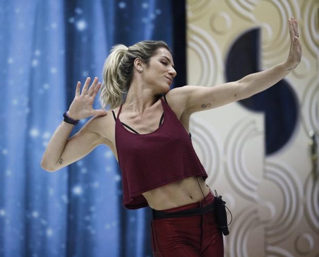 Atriz exibe barriga sarada em ensaio pesado (Foto: Inácio Moraes/ TV Globo)