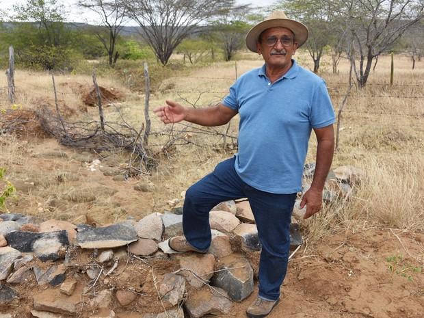 Barramentos secos em forma de arco romano e renques de pedras estão contendo a terra e evitando a desertificação (Foto: Anderson Barbosa e Fred Carvalho/G1)