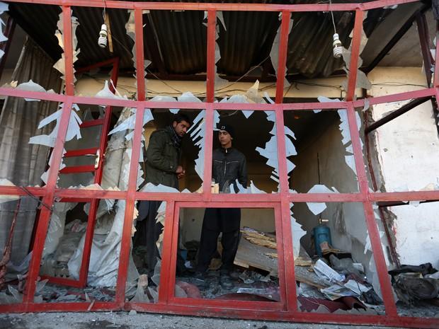 Atentado destruiu parte de prédio em Cabul (Foto: AP Photo/Rahmat Gul)