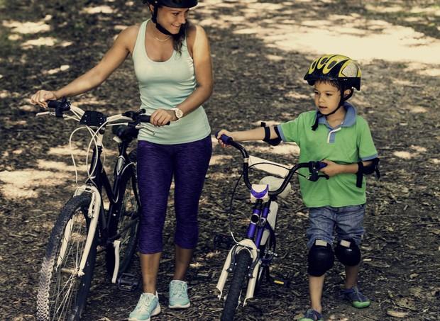 Mostre à criança o quanto é divertido andar de bicicleta (Foto: ThinkStock)