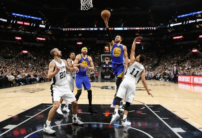 Stephen Curry faz a bandeja diante da defesa dos Spurs (Foto: AFP)