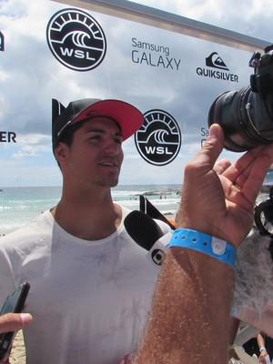 Gabriel Medina concede entrevistas após eliminação em Gold Coast (Foto: Luciana Pinciara / Motion Photos)