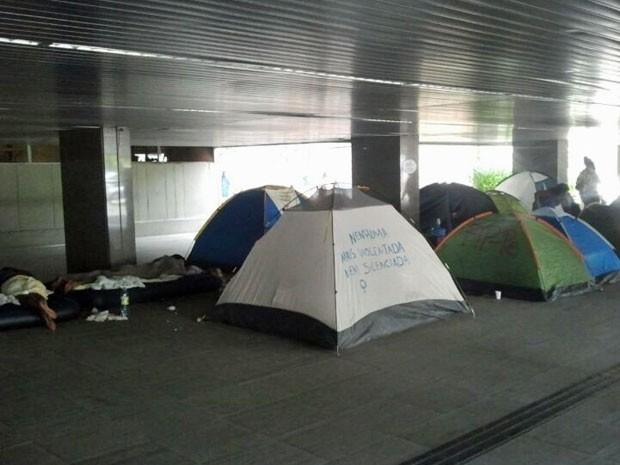 Manifestantes dormiram no prédio da Prefeitura do Recife (Foto: Katherine Coutinho / G1)
