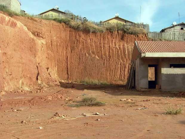 Moradores temem deslizamentos de terra em creche em Muzambinho (Foto: Reprodução EPTV)