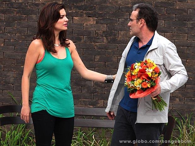 O empresário vai atrás da maquiadora com flores e tudo (Foto: Sangue Bom / TV Globo)