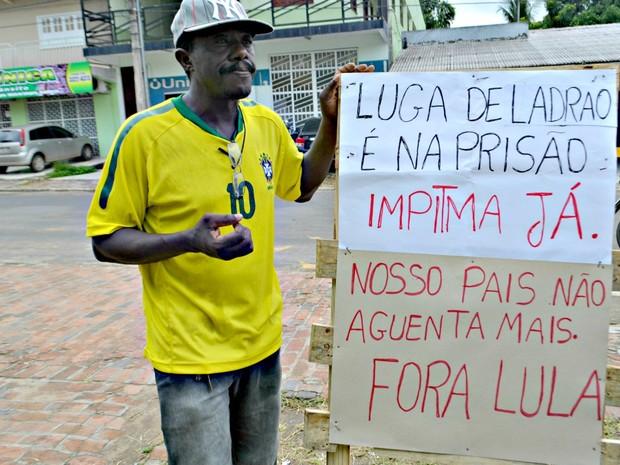 Manifestante faz protesto solitário em Cruzeiro do Sul (Foto: Anny Barbosa/G1)