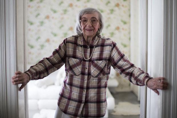 Aos 95 anos, Margot Woelk posa em seu apartamento em Berlim (Foto: Markus Schreiber/AP)