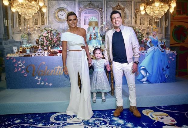 Valentina entre os pais, Mirella e Ceará, na sua festa de princesa (Foto: Brazil News / Manuela Scarpa)