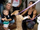 Grávida de 8 meses, Luísa Mell doa cachorrinho para filha de sertanejo