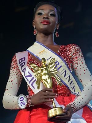 A brasileira Valesca Dominik Ferraz posa com seu troféu de segunda colocada no Miss International Queen 2015, em Pattaya, na Tailândia, na sexta (6) (Foto: AFP Photo/Pornchai Kittiwongsakul)