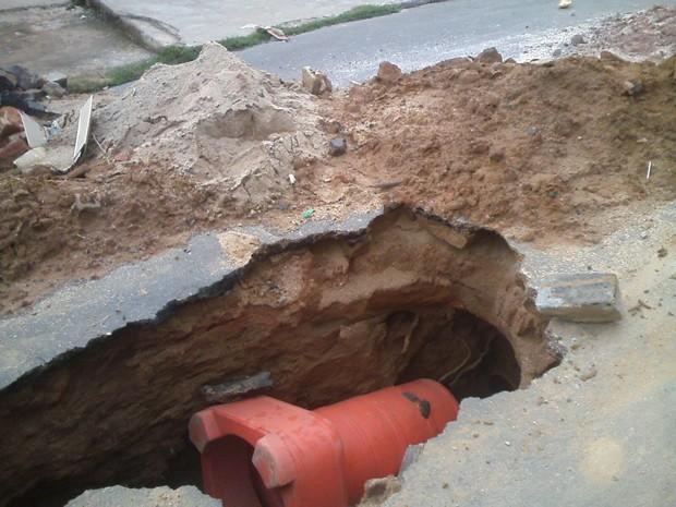 Buraco aberto no meio da rua causa transtornos em Paraíba do Sul (Foto: Adélia Maria Lopes de Castilho Leandro/Arquivo pessoal)
