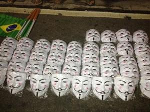 Ambulante vende máscaras de Guy Fawkes por R$ 10 durante protesto na orla da Zona Sul do Rio. (Foto: Tássia Thum/G1)
