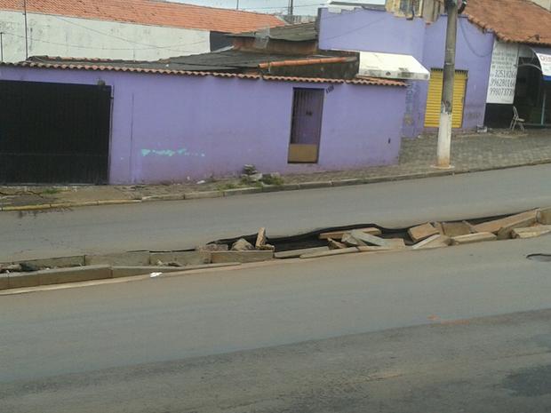Canteiro central de avenida ficou destruído (Foto: Arquivo Pessoal/ Alexandre Oliveira)