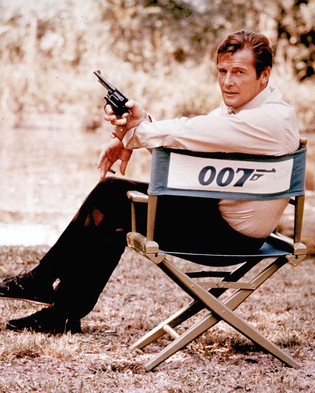 Roger Moore roda filme da franquia '007' em locação na Inglaterra, em 1972 (Foto: AP Photo/Arquivo)