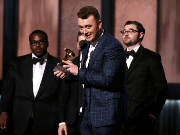 Sam Smith recebe o prêmio de Gravação do ano no Grammy 2015, em Los Angeles (Foto: Lucy Nicholson/Reuters)